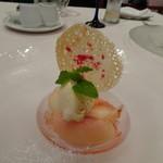 リストランテ カノビアーノ - ◆桃のマリネと蜂蜜のジェラート。シャンパンのジュレを添えて。 桃が美味しいこと。シャンパンジュレの味わいも爽やかでいいですね。