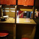 一蘭 - まるで自習室のようなカウンター。ラーメンを持ってきていただいた後は、前の御簾を下ろされますので、食べるに集中できますよ。