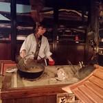 信州長屋酒場 - お味噌汁がサービスで、囲炉裏にかかっているお鍋から、よそおって下さいます。