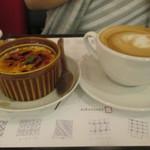 文房具カフェ - 「カフェラテ」(750円)と「焙じ茶のブリュレ ハチミツ風味」(580円)
