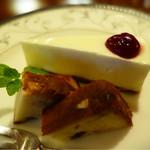 74778181 - (上)レアチーズケーキ (下)ダークラムとレーズンのパウンドケーキ