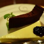 74778182 - (上)濃厚なチョコレートケーキ (下)こってりとしたチーズケーキ