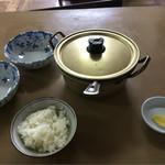 栄食堂 - 鍋でどーん