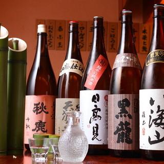 季節の地酒随時入荷。冷酒・燗酒と共に多数取り揃えております。