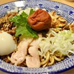担担麺の掟を破る者 - 汁なし坦々麺 南高梅と大葉と鶏980円