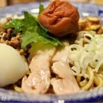 担担麺の掟を破る者 - 汁なし坦々麺 南高梅と大葉と鶏