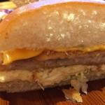 コメダ珈琲店 - 大きいパンに、たっぷり具材のボリューミーなフィッシュフライバーガー