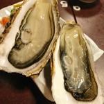 幸楽 - (2017年10月 訪問)生牡蠣。1個350円。めちゃ大振りの牡蛎でっせ~♪磯の香が濃厚なタイプでした。