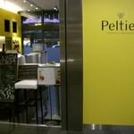 サロン・ド・テ・ペルティエ - Pelterの外観(左がパン売り場で右がカフェ)