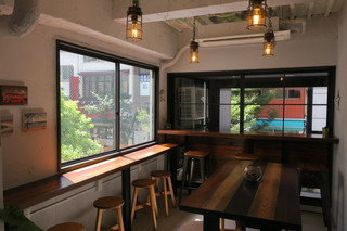 バイロンベイ コーヒー 日本橋店 - 海や波を感じさせる機能的なスタイリッシュさ1