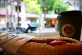 ホノルル コーヒー 三宮店 - モーニングセット ¥500 (トマトとモッツァレラのサンドイッチ、ホットコーヒー)