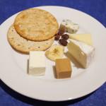 74814074 - 土日祝限定のスモーガスボードランチ(3000円・外税・サ別)の北欧チーズ。クリームチーズ、ヤギのチーズ、カマンベールチーズ、マリボーチーズ、ブルーチーズ、クラッカー、ドライフルーツ