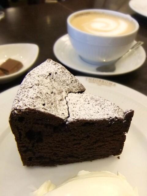 ミュゼ・ドゥ・ショコラ・テオブロマ 本店 - 高さのあるチョコレートケーキ♪