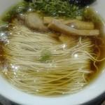 74819217 - キラキラ輝く鶏油のスープに整列された美しい細麺