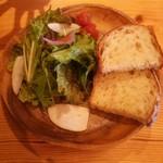 74821137 - サラダとパン