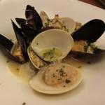 シーフードトラットリアSdining - ・ハマグリ、ムール貝、アサリの白ワイン蒸し