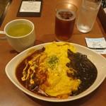 74827856 - オム赤・黒ハーフ&ハーフ 940円、TOHOシネマズのチケット提示でスープ&ドリンクバー無料