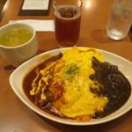 74827859 - オム赤・黒ハーフ&ハーフ、スープ、ウーロン茶