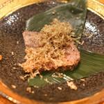 東京肉しゃぶ家 - タンのローストビーフにオニオンのソース、秋トリュフ削り