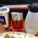 餃子の王将 - 胡椒とラー油と酢。酢の残量が少なく、一瞬入ってないのかと思った。