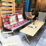CRAFT BEER BASE garden - テラス席はアウトドアメーカーSnowPeakのソファやチェア、テーブルをそろえています。