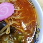 ラーメン 秀峯 - スープが赤い