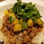みどりのキッチン - 十八穀米の上にわさび醤油で味付けした牛焼肉、アボカド、トマト、そしてクレソン