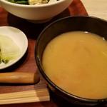 みどりのキッチン - お新香と味噌汁