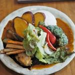 香食楽 - 3種盛りカレー 揚げ野菜・チキントッピング