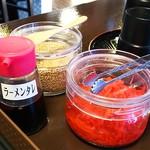 居酒屋 みらいや - 胡麻や生姜、ラーメンタレが備え付けてあります