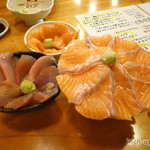 新・函館市場 - マグロの上、サーモンの上、サーモン丼をお代わり