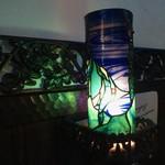74851400 - テーブルの横にあるステンドグラスのランプも幻想的