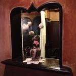 74852075 - 入り口横の小窓。                       ピンクの壁に薔薇が可愛い♡