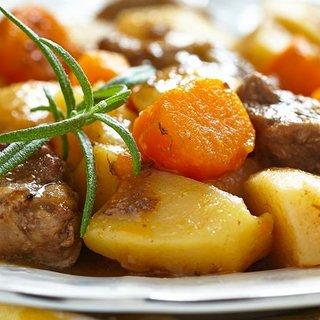 本日の日替わりランチは牛肉と野菜のトマト煮込みになります。