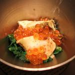 エクアトゥール - 鮑とイクラ 春菊ともち米と胡麻ソースを敷いて