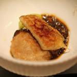 エクアトゥール - マッシュルームとトリッパをイカスミのソースで 銀杏を添えて
