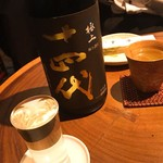 真希 - 十四代 極上諸白 純米大吟醸 (陶器のカップのほう) 手前は米鶴 純米吟醸 超しぼりたて