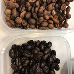 コーヒーマーケット - 上はおうちで生豆から焙煎してみた一はぜのもの。下はダークロースト。かなり黒くて油脂が滲んでます