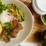 カフェガーデンサラ - 豚カシラの塩レモン丼