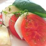 74872354 - 完熟トマトとモッツァレラチーズのカプレーゼサラダの取り分け後