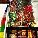 クンビラ - 1階〜6階までの異なる内装を外からのぞき見できるスポット! 各階、地球の五大元素カラーの5色にリニューアルされ、地球の大自然への感謝と愛を象徴している。