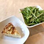 74876489 - ランチセットのそばキッシュと生野菜サラダ