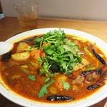 74880287 - 牛カルビ・トマト・山芋の山椒唐辛子屋台麺1,000円。