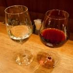 74883071 - フランスワインシャルドネの白ワインとピノノワールの赤ワイン