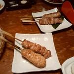 飯場 - 名古屋コーチンモモとつくね各1本380円税別。