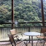 徳島ラーメン にし利 - テラス席。こちらは軽食以外の食事は不可です。