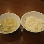 坂上刀削麺 - ランチにセットのライスとスープ