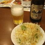 坂上刀削麺 - ランチにセットのサラダと中瓶ビール
