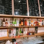 桜屋 - 焼酎が並ぶ棚と黒板