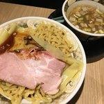 すごい煮干しラーメン凪 名古屋驛麺通り店 - 中に水切りのザルが有るので 初めは量の多さに                                 ビックリしました